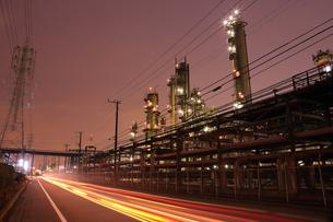 川崎区浮島町の工場と光跡を望むの写真素材 [FYI03224489]