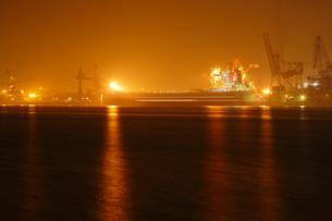 オレンジ色に輝く夜の鹿嶋港の写真素材 [FYI03224490]