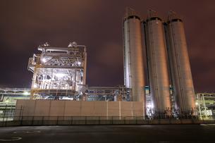 川崎区浮島町の工場夜景の写真素材 [FYI03224492]