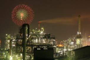 鹿嶋工業地帯 工場夜景と花火の共演の写真素材 [FYI03224495]