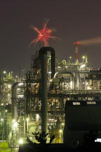 鹿嶋工業地帯 工場夜景と花火の共演の写真素材 [FYI03224496]