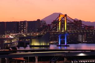 レインボーブリッジと富士山の写真素材 [FYI03224534]