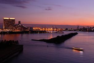 レインボーブリッジより台場の夕景を望むの写真素材 [FYI03224536]
