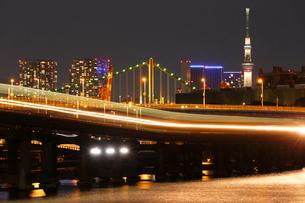 京浜運河より東京スカイツリーとレインボーブリッジを望むの写真素材 [FYI03224543]