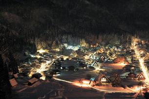城山展望台より望む冬の白川郷の夜景の写真素材 [FYI03224544]