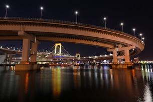 品川区海岸から望むレインボーブリッジの写真素材 [FYI03224547]