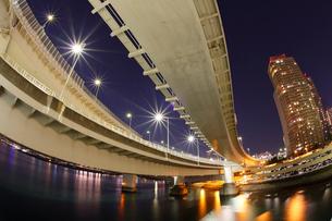 首都高台場インターチェンジを見上げるの写真素材 [FYI03224559]