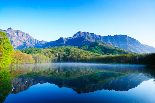 快晴の戸隠連峰と鏡池に朝もやの写真素材 [FYI03224567]