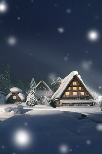 冬の白川郷に降る雪 夜景ライトアップの写真素材 [FYI03224571]