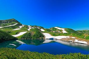 立山室堂平よりミクリガ池に快晴の浄土山と残雪の山々の写真素材 [FYI03224575]