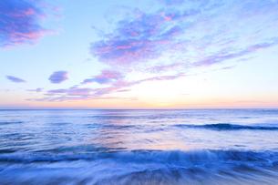 浜辺によせる波と朝焼け空の写真素材 [FYI03224603]