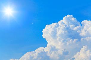 入道雲と太陽の写真素材 [FYI03224632]