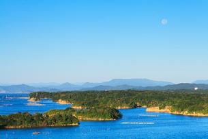 伊勢志摩 登茂山公園桐垣展望台より英虞湾の島々と空に月の写真素材 [FYI03224635]