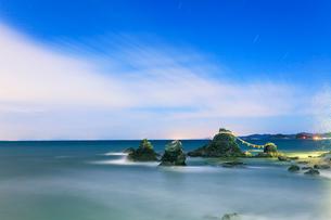 伊勢二見浦 月明かりの夫婦岩に波と夜空に星の写真素材 [FYI03224653]
