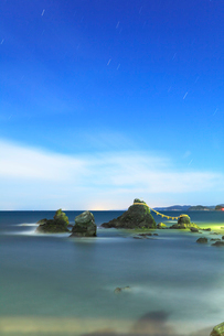 伊勢二見浦 月明かりの夫婦岩と夜空に星の写真素材 [FYI03224654]