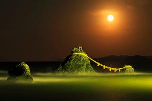 伊勢二見浦 夫婦岩ライトアップに月の写真素材 [FYI03224661]