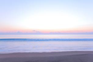 夜明けの海の写真素材 [FYI03224673]