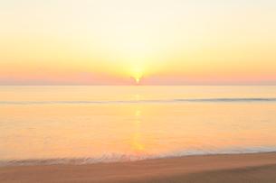 朝日と海の写真素材 [FYI03224677]