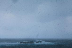 冬の海面からたちのぼる水蒸気と降る雪の写真素材 [FYI03224697]