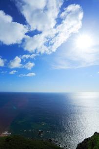 小笠原諸島父島・ウェザーステーション展望台より海と太陽の写真素材 [FYI03224737]