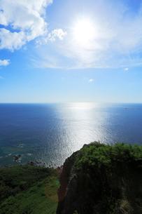 小笠原諸島父島・ウェザーステーション展望台より海と太陽の写真素材 [FYI03224746]