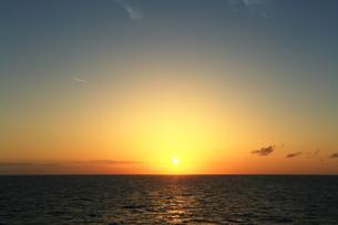 洋上からの夕日の写真素材 [FYI03224788]