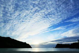 小笠原諸島父島・小港海岸に夕日の写真素材 [FYI03224802]