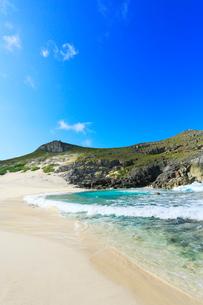 小笠原諸島南島・青空と扇池に寄せる波の写真素材 [FYI03224826]
