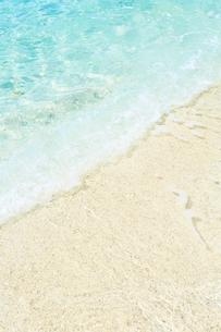 サンゴの砂浜に寄せる波の写真素材 [FYI03224845]