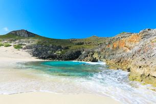 小笠原諸島南島・青空と扇池に寄せる波の写真素材 [FYI03224857]