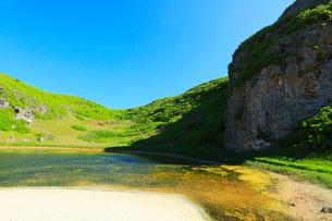 小笠原諸島南島・快晴の空と陰陽池の写真素材 [FYI03224861]
