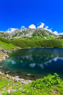 立山・室堂平ミクリガ池と雄山などの山々の写真素材 [FYI03224876]
