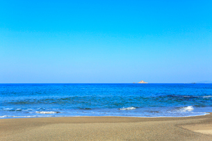砂浜に寄せる波の写真素材 [FYI03224879]