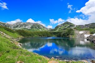 立山・室堂平ミクリガ池と雄山などの山々の写真素材 [FYI03224880]