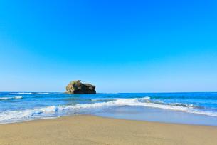 白兎海岸に寄せる波の写真素材 [FYI03224889]