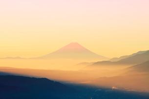高ボッチ高原より諏訪湖と朝焼けの遠望富士山の写真素材 [FYI03224893]