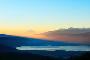 高ボッチ高原より諏訪湖と遠望富士山の写真素材 [FYI03224896]