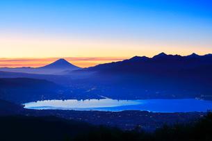 高ボッチ高原より諏訪湖と街明かりに遠望富士山の写真素材 [FYI03224902]