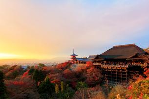 夕焼けに染まる秋の清水寺・紅葉と京都の街並みの写真素材 [FYI03224906]