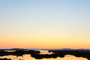 伊勢志摩 ともやま公園より望む快晴の英虞湾の夕焼けの写真素材 [FYI03224909]