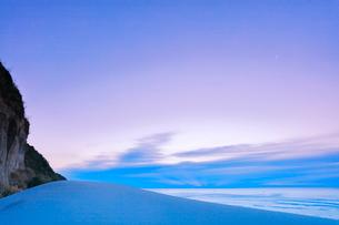 浜辺の砂の丘より朝焼け空の写真素材 [FYI03224911]