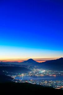 高ボッチ高原より諏訪湖と街明かりに遠望富士山の写真素材 [FYI03224913]