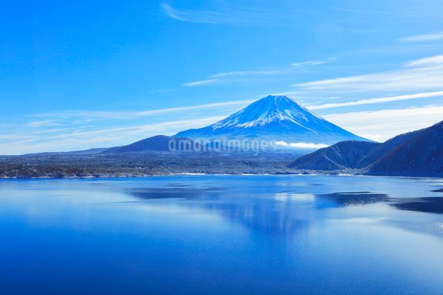本栖湖に映る新雪の富士山の写真素材 [FYI03224916]