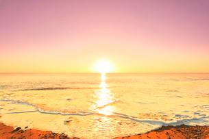 元日の浜辺に寄せる波と初日の出の写真素材 [FYI03224918]