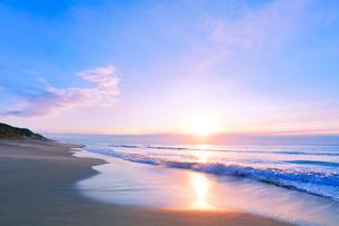 浜辺に寄せる波に朝日の写真素材 [FYI03224919]