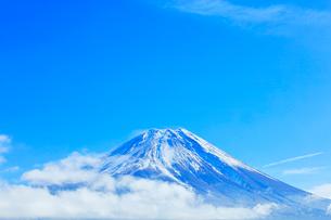 雪の富士山に雲と青空の写真素材 [FYI03224920]