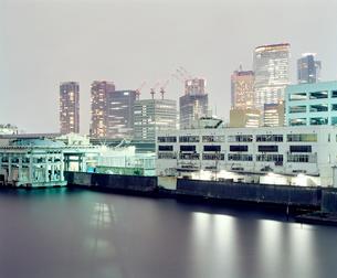 勝鬨橋から見る夜の築地の写真素材 [FYI03224922]