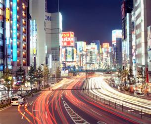 新都心歩道橋から見る新宿の靖国通りの写真素材 [FYI03224926]