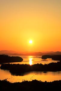 伊勢志摩 ともやま公園より望む快晴の英虞湾に夕日の写真素材 [FYI03224930]