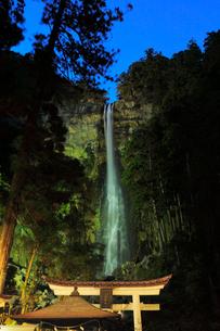 那智滝ライトアップ夜景の写真素材 [FYI03224933]